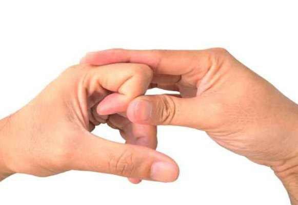 उंगलिया चटकाने से हड्डियों को हो सकता है ये नुकसान, ऐसे छोड़े ये खतरनाक आदत