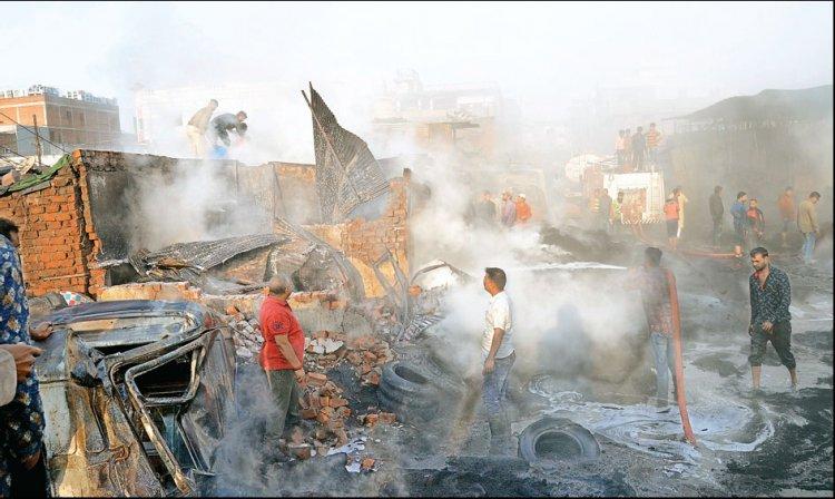 कबाड़खाना स्थित टायर गोदाम में तड़के लगी आग, आंखों में जलन से नींद खुली, तो चारों तरफ धुआं देख घरों से भागे