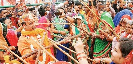कृष्ण जन्मभूमि मथुरा में धूम-धाम से मनाई गई होली, कान्हा के रंग में रंगे भक्त