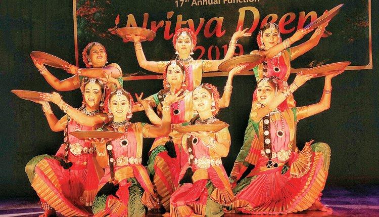 केरल से आए मेकअप आर्टिस्ट और वादक ताकि विशुद्ध नृत्य प्रस्तुत करने का दे सकें मौका