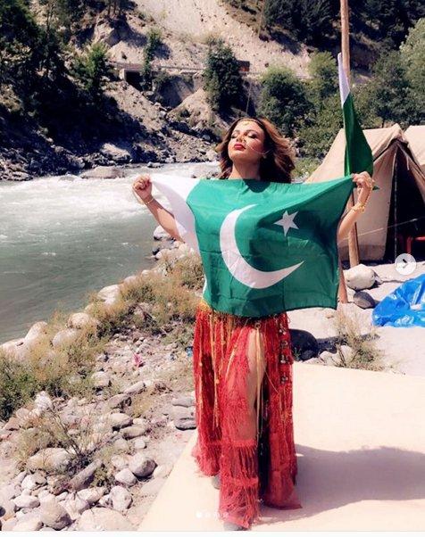 पाकिस्तानी झंडे में राखी सावंत का पोज, भड़के गए फैंस, दी नसीहत