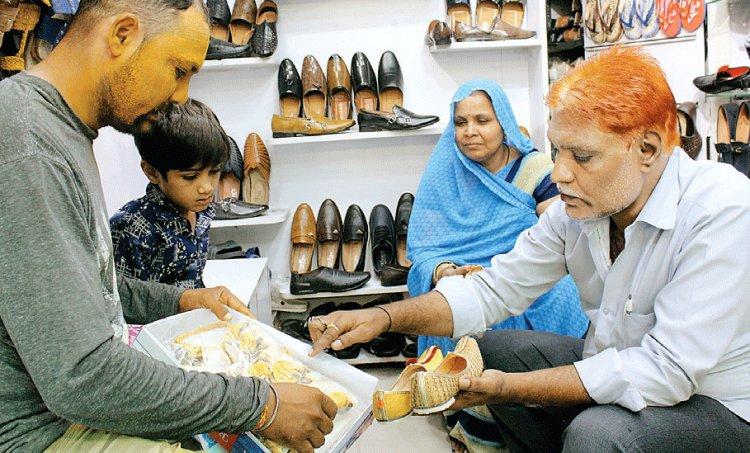 125 सालों से डाबी परिवार बना रहा है राजस्थानी मोजड़ी