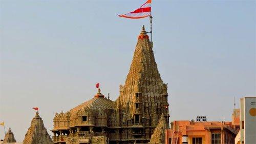तूफान वायु के असर से द्वारकाधीश मंदिर के शिखर पर पहली बार लगी दो धर्म ध्वजाएं