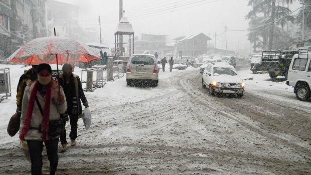 वैष्णो देवी में हुई  पहली बर्फबारी, कोठी मनाली भी बर्फीली चादर में ढंकी,