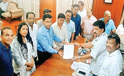 अब गोवा में नाटक: विपक्ष के नेता समेत कांग्रेस के 15 में से 10 विधायक भाजपा में