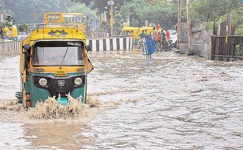 आधा घंटा हुई झमाझम से सड़कों औरनिचली बस्तियों में भरा पानी