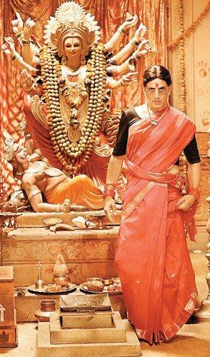 लाल साड़ी- माथे पर बिंदी, लक्ष्मी बॉम्ब के पोस्टर में दिखा अक्षय कुमार का लुक