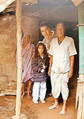 बेटी के साथ गरीब बुजुर्ग की झोपड़ी में गुड़-रोटी खाने पहुंचे अक्षय कुमार