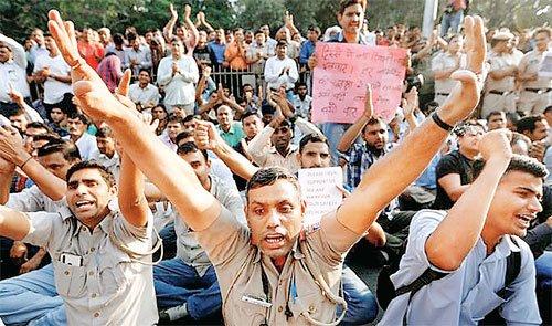 पहली बार पुलिस मुख्यालय पर पुलिस का प्रदर्शन मांगे माने जाने के आश्वासन पर 10 घंटे बाद धरना खत्म