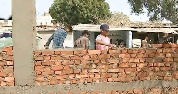 ट्रंप से छिपानी है गुजरात की गरीबी, झुग्गियों के सामने बना दी ऊंची दीवारें